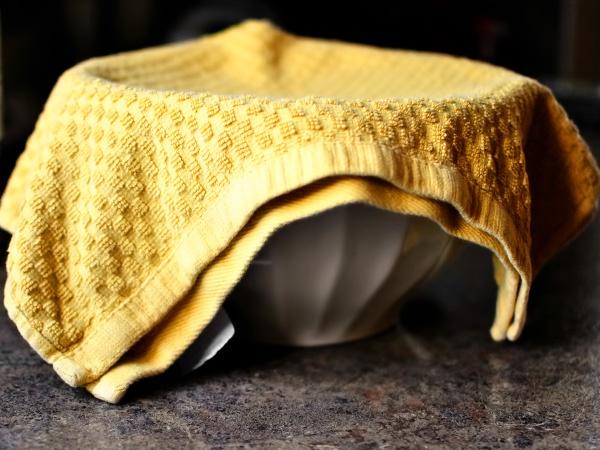 Прикрываем полотенцем и оставляем в сухом тёплом месте. Пока тесто для пиццы подходит самое время заняться начинкой. Замес должен увеличиться в объёме в два раза (в зависимости от температуры в помещении это может занять от 20 до 60 минут).