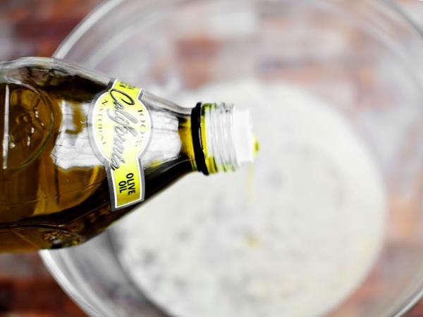 Вливаем к мёду, воде и дрожжам 1 ч.л. оливкового масла.