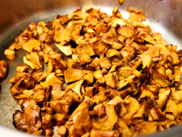 Жарим грибы для супа на сковороде