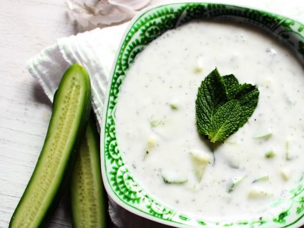 готовая заправка для салата из греческого йогурта и огурцов