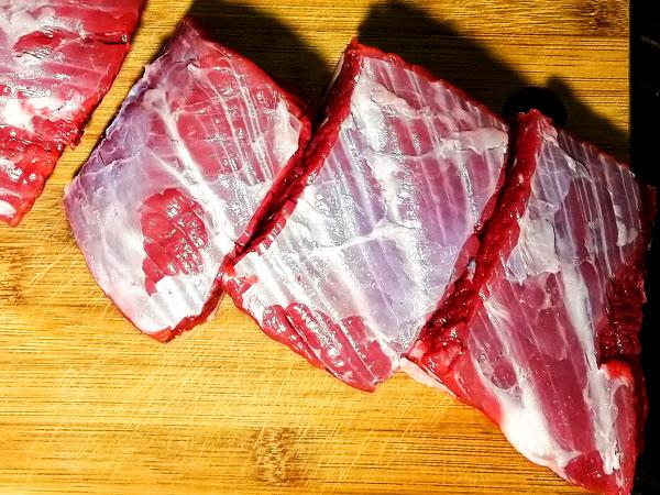 Говяжье мясо режем на кусочки