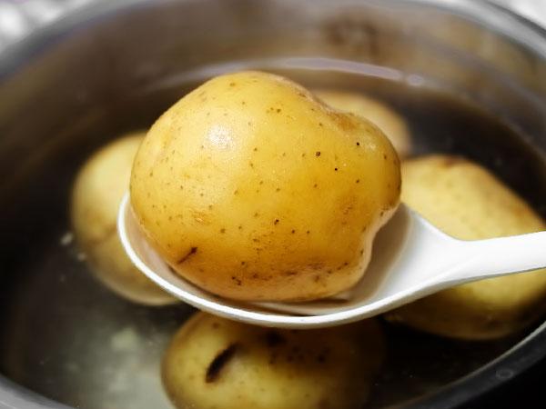Готовность проверяем вилкой – готовая отварная картошка легко протыкается до центра клубня. Вынимаем картофель шумовкой из кастрюли и остужаем на тарелке как минимум 5-10 минут перед использованием или подачей на стол.