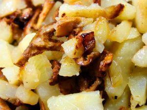 Картошка жареная с лисичками на сковороде