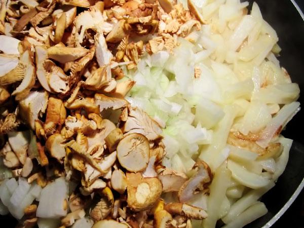 В сковороду к картофелю выкладываем лисички и лук