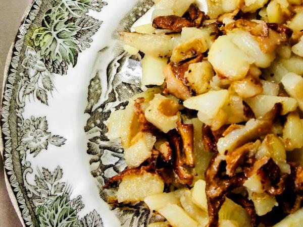 Картофель жареный с лисичками