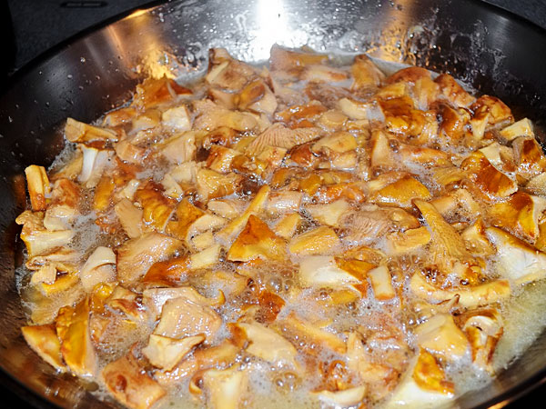 Грибы обжариваем на сковороде, не отваривая