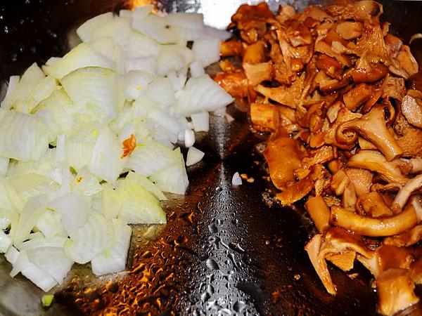 Жарим грибы с луком в масле