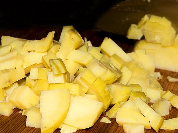 Окрошка на квасе рецепт с фото пошагово. Крошим отваренную картошку куочками