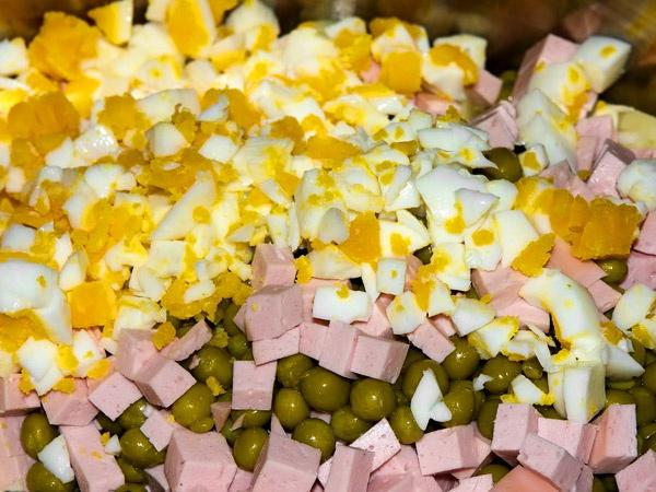 Крошим варёные яйца