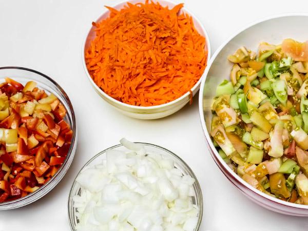 Измельчаем ингредиенты для салата