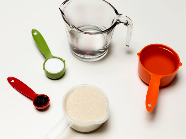 Подготовим масло, уксус, соль, сахар и перец