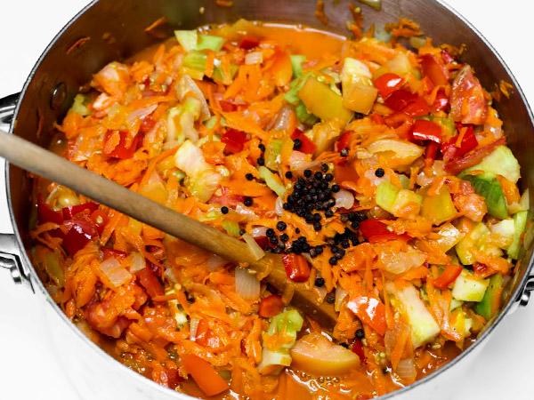 Добавляем в салат зелёные томаты и специи