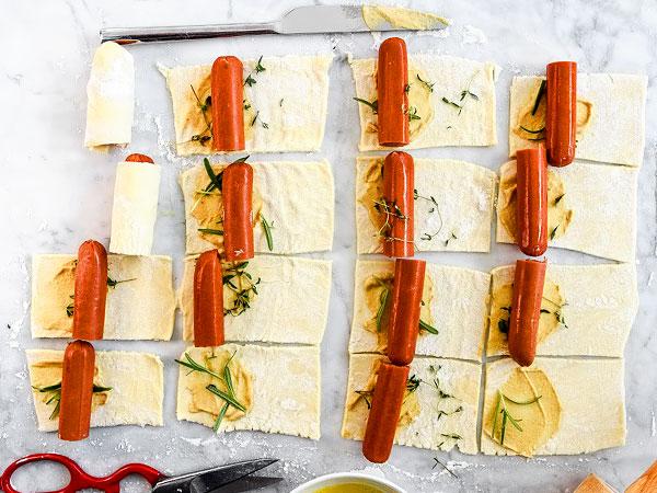 Кладём колбаски на тесто