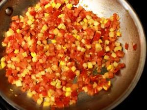 жарим помидоры с перцем