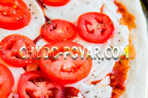 На Моцареллу выкладываем помидоры