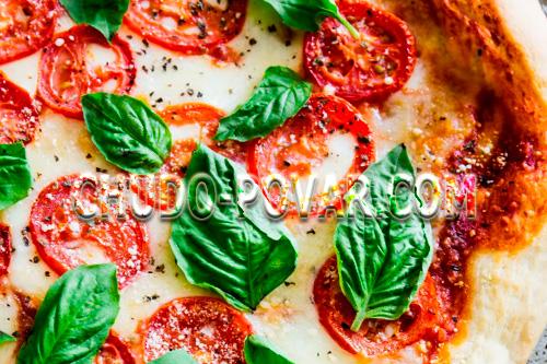 Готовая пицца Маргарита с помидорами, базиликом и Моцареллой