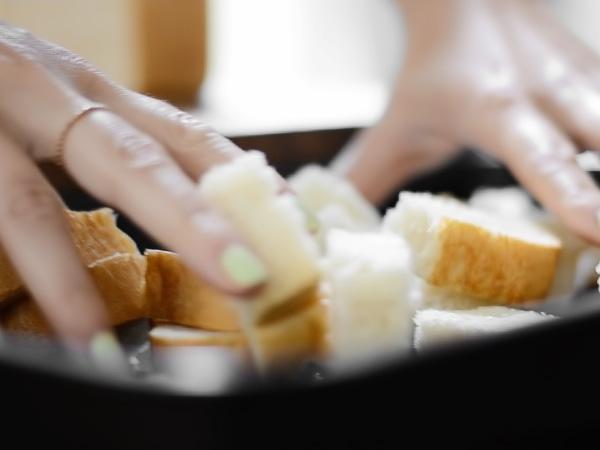 выкладываем кусочки хлеба на противень