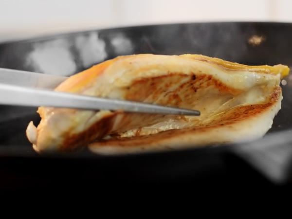 куриное филе целиком обжариваем на сковороде