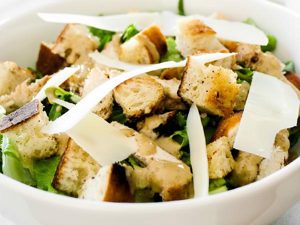 Салат Цезарь с курицей и сухариками и сыром готов
