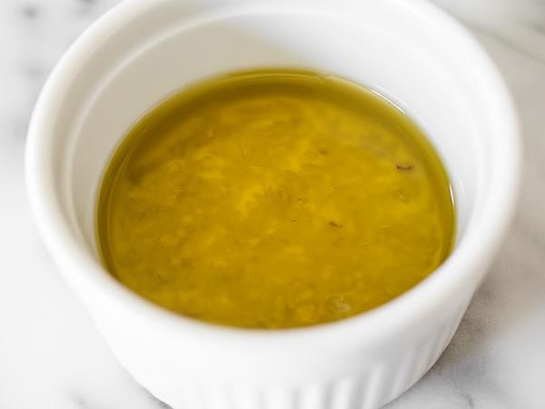 готовим ароматное масло для запекания сухариков