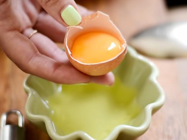 для соуса разделяем яйцо на желток и белок