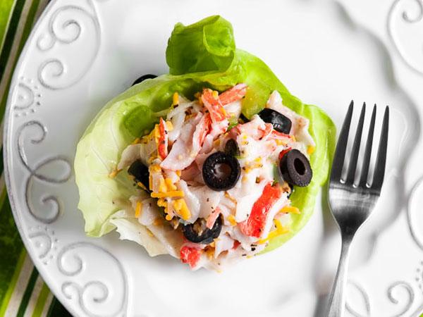 Новогодний салат с крабовыми палочками и сухариками