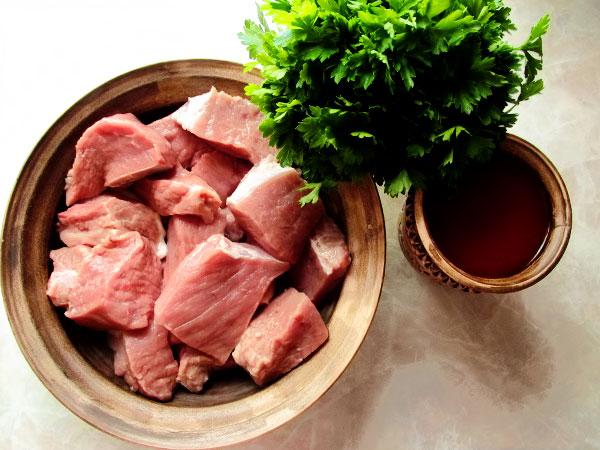 Лук очищаем и режем кольцами. Чтобы лук стал сочнее, отдал весь сок мясу его лучше предварительно посыпать солью и пожать руками пока кольца лука пустят сок. Томатный сок размешиваем ложкой.