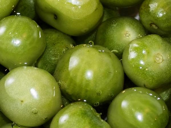 Как засолить зелёные помидоры в ведре, кастрюле или в банках