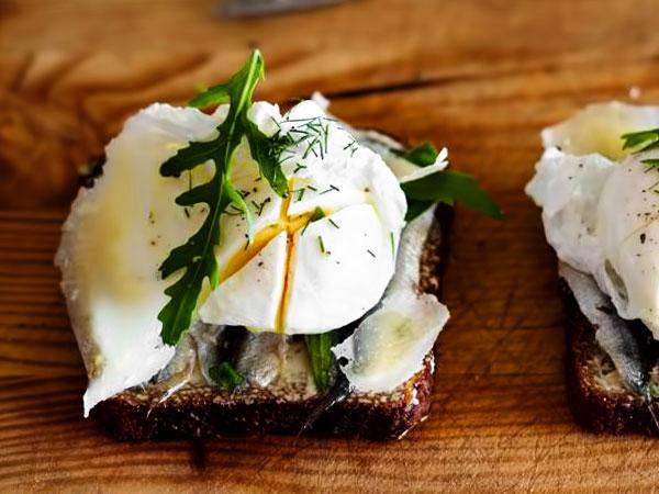 бутерброды со шпротами и яйцом на чёрном хлебе