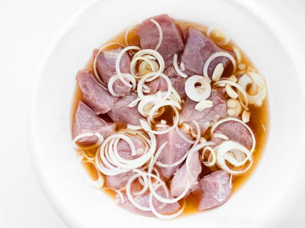в какой посуде мариновать мясные куски