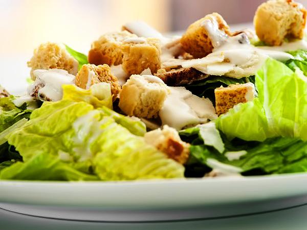 Как приготовить Цезарь с курицей и сухариками простой рецепт