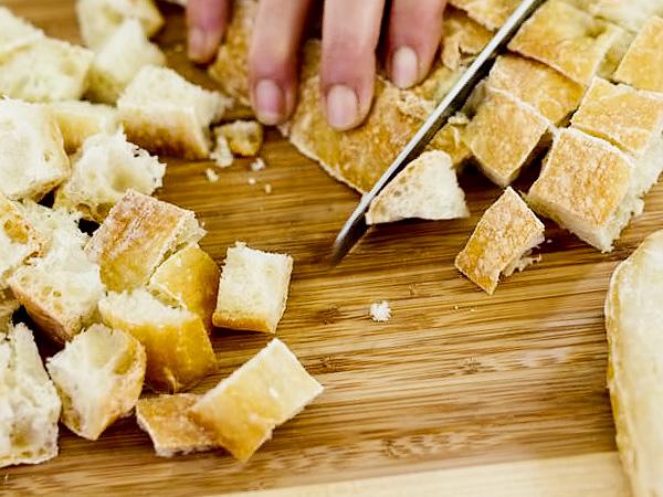 готовим крутоны из хлеба