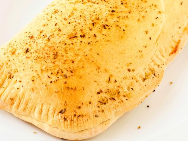 фото закрытая пицца Кальцоне с курицей и сыром пошагово