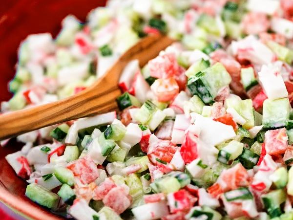 Классический крабовый салат с помидорами