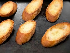 обжариваем хлеб