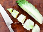 режем пекинскую капусту для кимчи