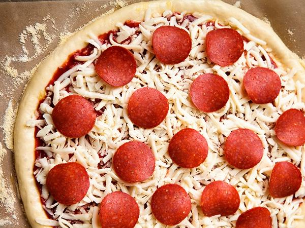 Пицца с сыром и кружочками колбасы
