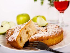 Простая шарлотка с яблоками