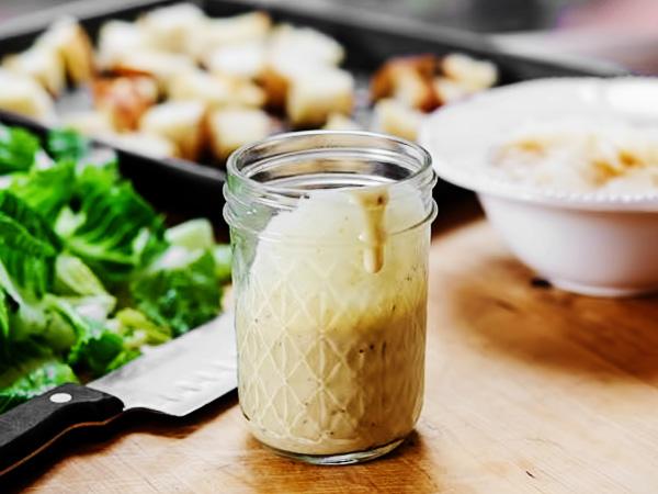 с помощью блендера взбиваем заправку в однородный соус