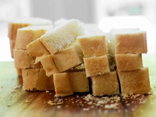 режем кубиками хлеб на сухарики