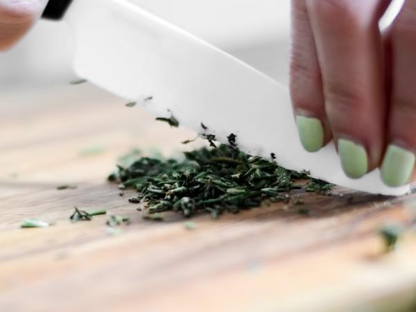 зелень измельчаем ножом