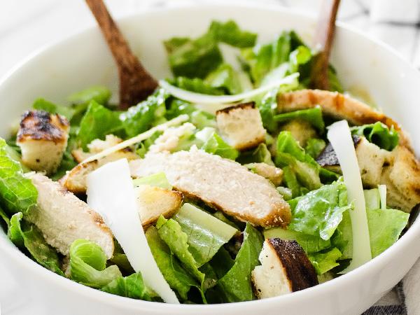 Салат Цезарь с курицей и сухариками и сыром: рецепт с фото
