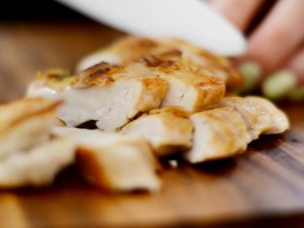 режем филе курицы ломтиками