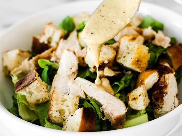 собираем салат Цезарь с курицей и сухариками слоями