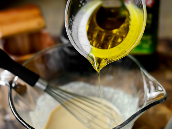 вливаем в заправку оливковое масло порционно