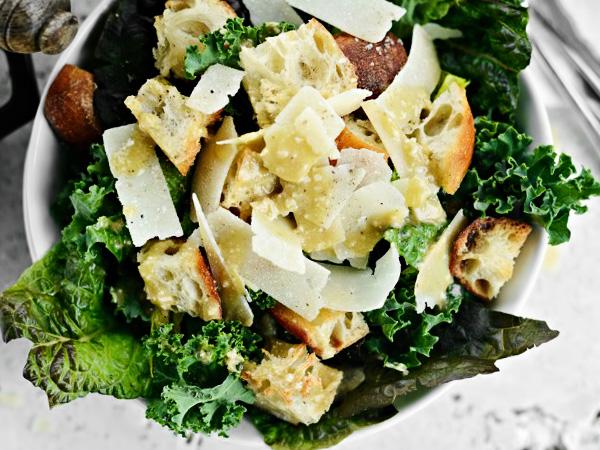 готовым соусом заправляем салат Цезарь и подаём на стол