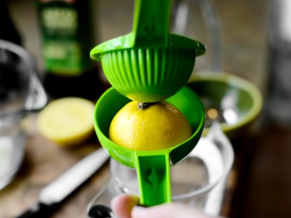 выжимаем сок из лимона