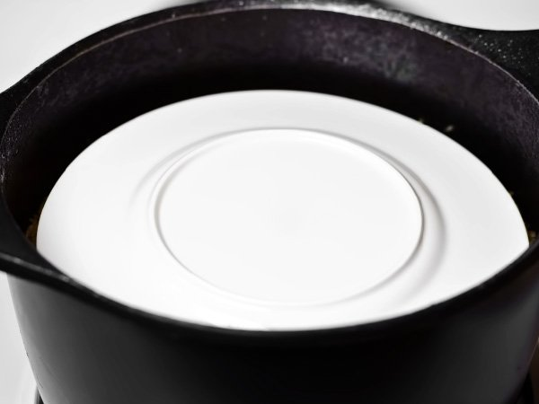накрываем рис тарелкой