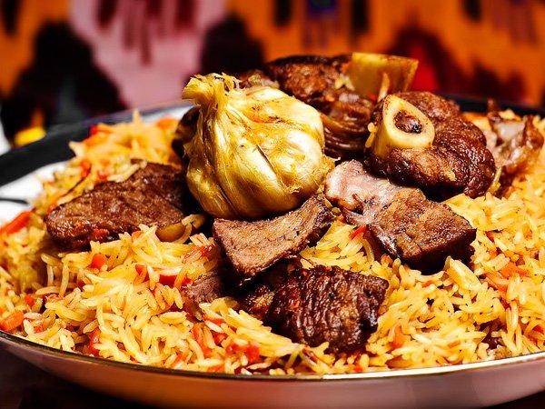 готовый узбекский плов с бараниной подаём к столу